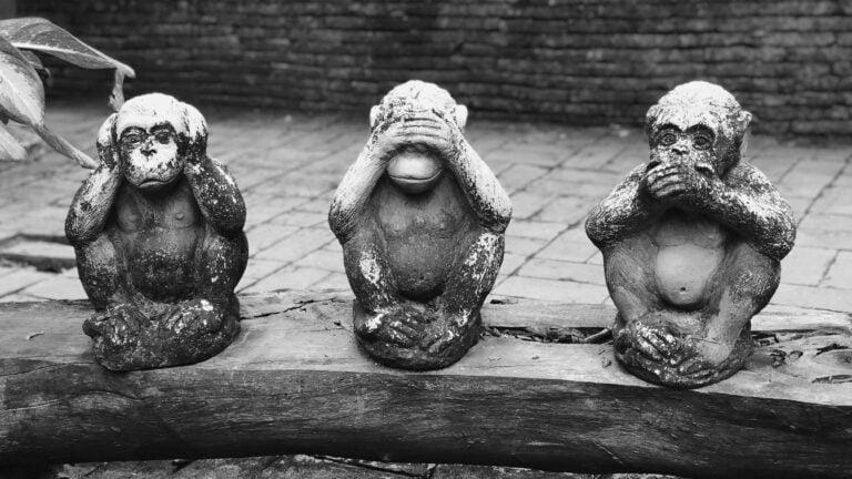 Drei sitzende Affen «Nicht hören», «Nicht sehen», «Nicht sprechen»